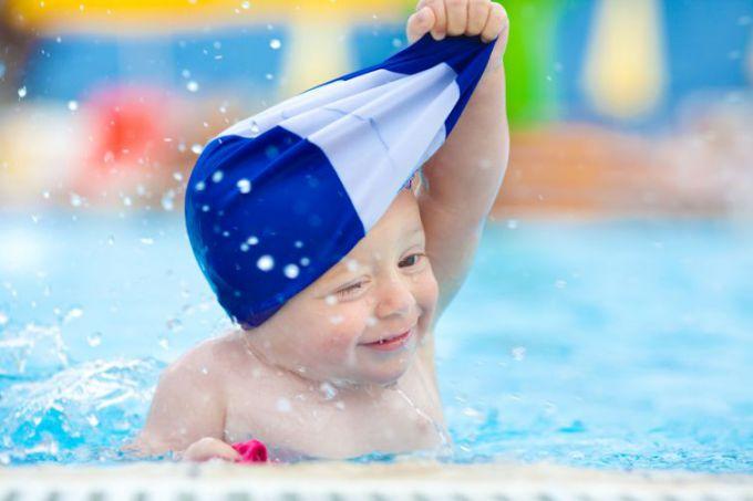 Про користь і шкоду від відвідування басейну для дітей
