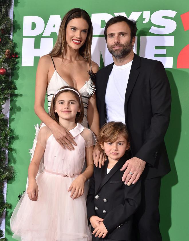 Одна з найкрасивіших моделей світу залишилася сама з двома дітьми