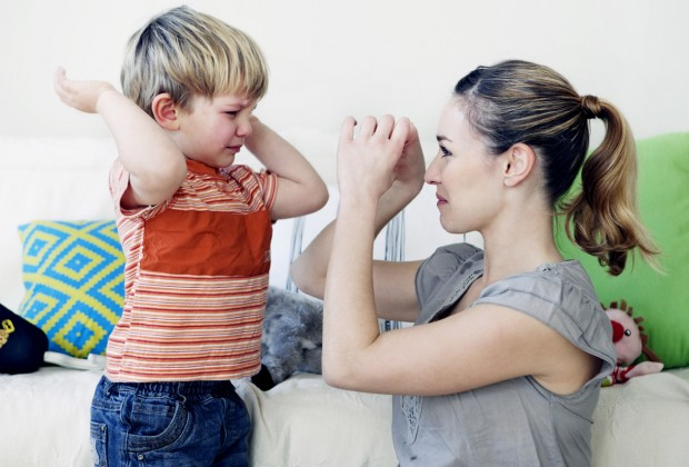 Якщо дитина підносить руку на маму