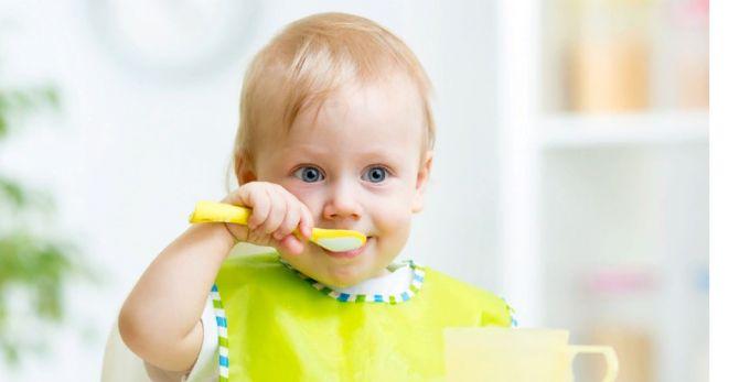 Вчимо дитину самостійно їсти ложкою