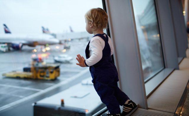 Політ з дитиною в літаку: корисні поради