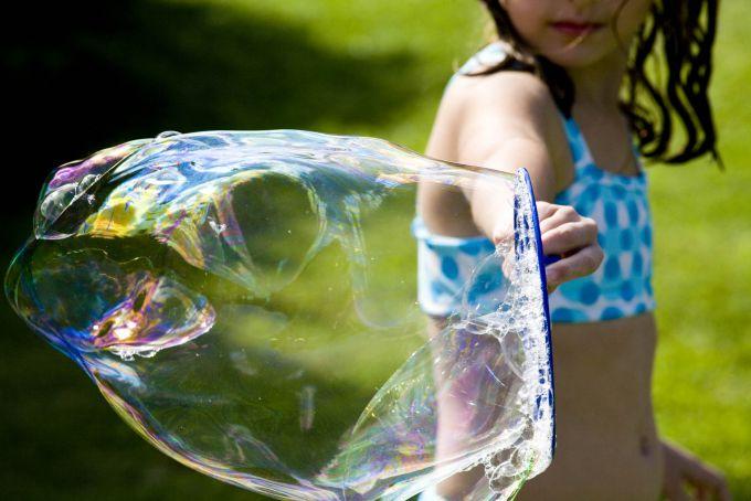 Цікава гра з дітьми: робимо величезні мильні бульбашки