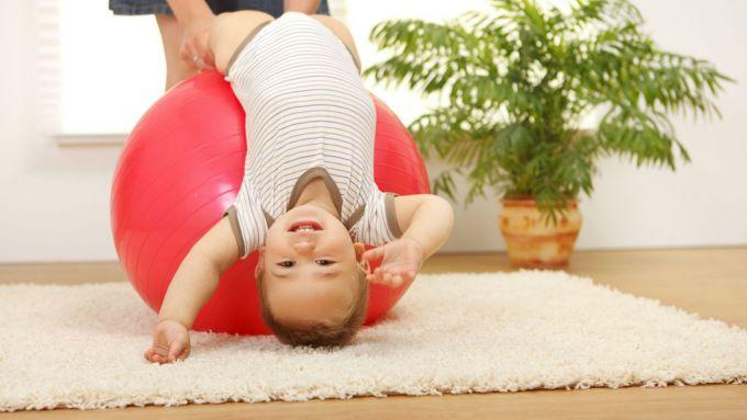 Вправи для зарядки з дитиною на свіжому повітрі