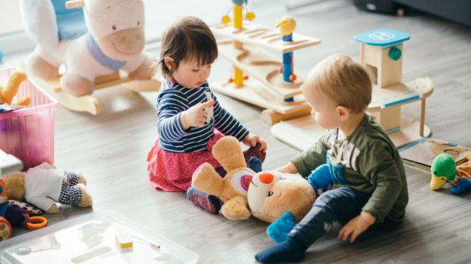 Чому не треба вчити дітей ділитися?