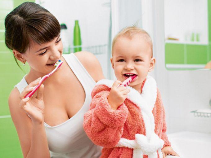 Чи потрібна дітям зубна щітка і якою вона має бути?