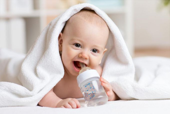 Чи може новонароджена дитина пити питну воду?