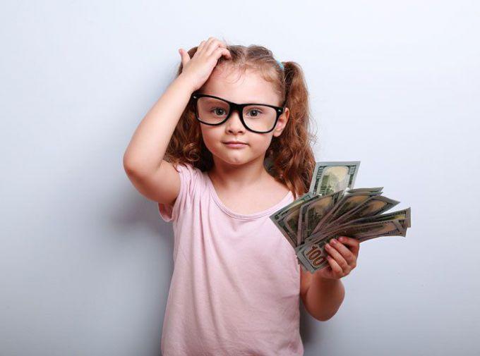Скільки кишенькових грошей давати дітям до школи?