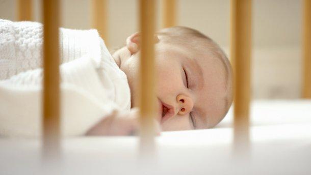 Чому діти мають спати у своєму ліжку, а не з батьками