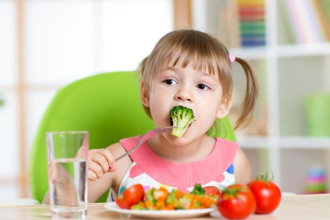 Дитяче харчування: Яку їжу не можна давати дитині до 3 років?