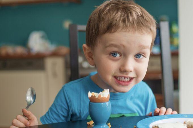 Яйця: білі чи коричневі давати дитині?