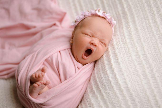Як заспокоїти новонародженого, який постійно плаче?