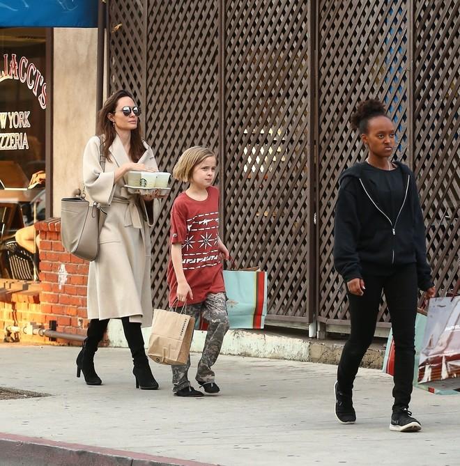 Фото дня: Анджеліна Джолі на прогулянці з дітьми