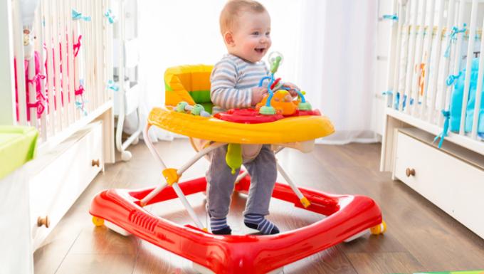 З якого віку можна садити дитину в ходунки