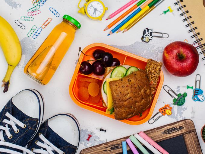 Смачні перекуси: Що покласти в рюкзак дитині до школи?