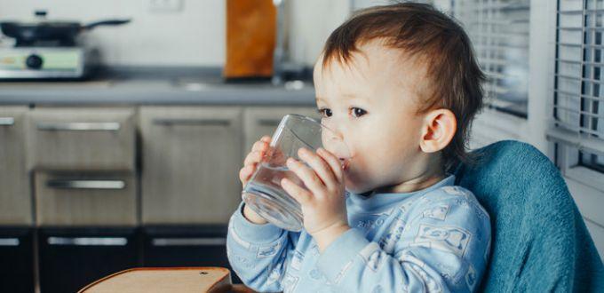 Як привчити дитину пити воду?