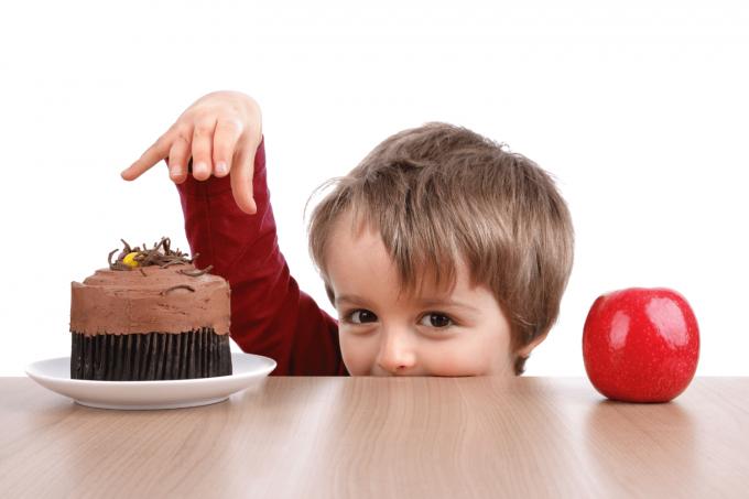 Солодощі: як не допустити залежності у дітей від цукерок і печива