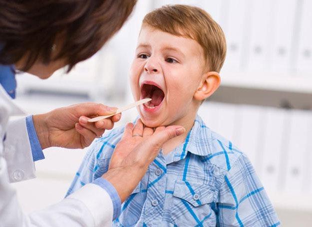 У дитини болить горло. Як їй допомогти?