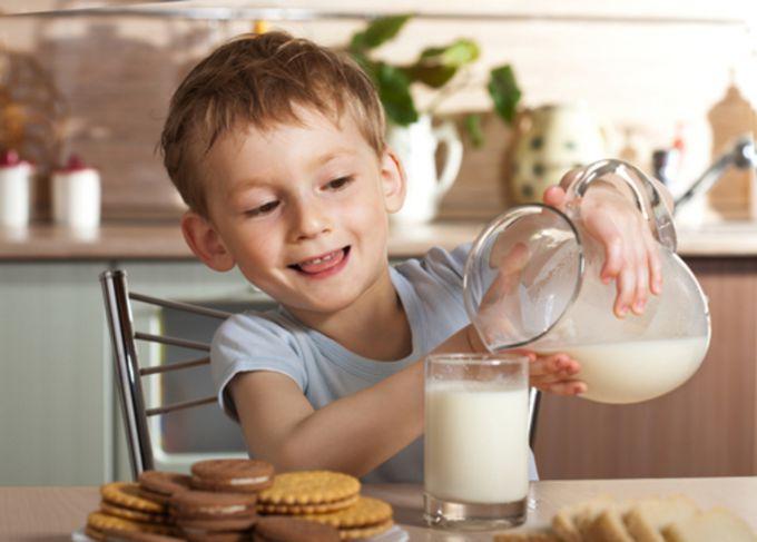 Знежирене молоко: чому не можна пити дітям