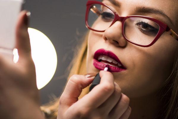 Порад від візажиста про макіяж для жінок, які носять окуляри