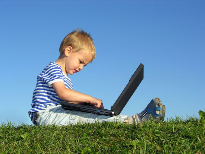 child_with_computer.jpg (52.92 Kb)