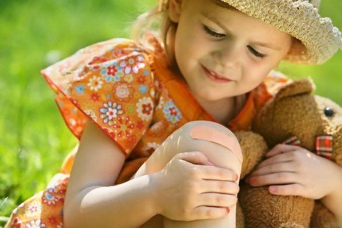 Як правильно обробляти подряпини і садна у дітей