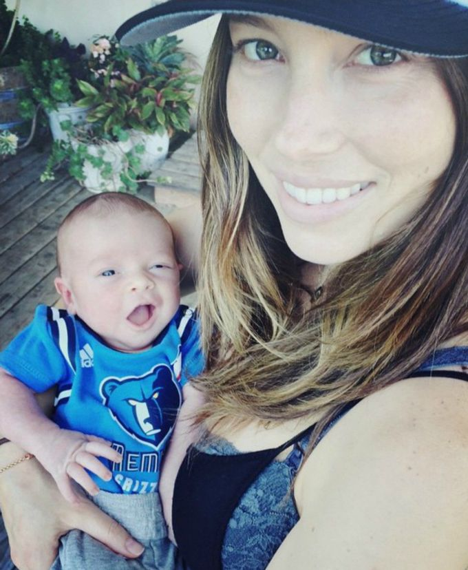 first-picture-of-justin-timberlake-and-jessica-biels-baby-boy-1.jpg (89.74 Kb)