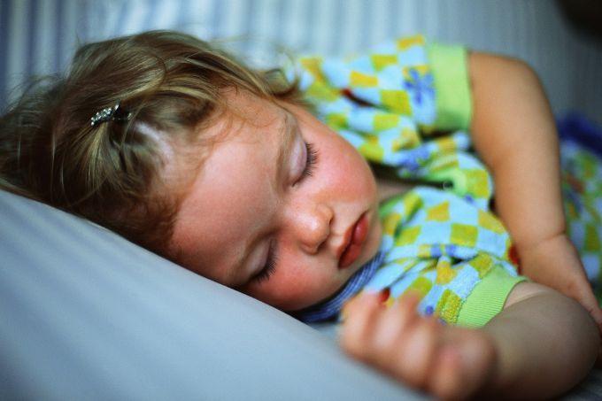 Дитина потіє без видимої причини: що робити?