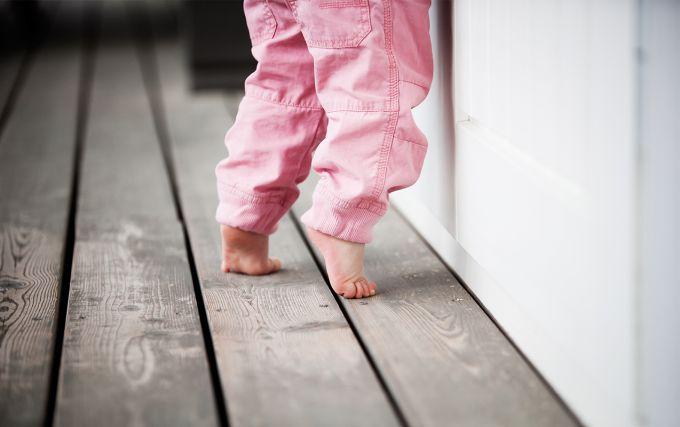 Чому дитина ходить на пальчиках і що робити?