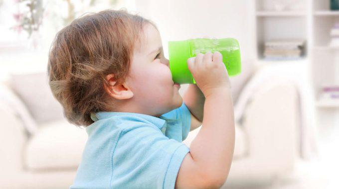 Як навчити дітей пити з чашки